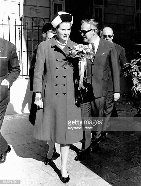 La Princesse Grace coiffée d'un élégant chapeau et le Prince Rainier sortent de la crèche NotreDame de Fatima qu'ils viennent d'inaugurer le 17...