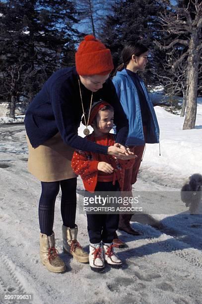 La princesse Grace de Monaco aux sports d'hiver avec ses filles les princesses Caroline et Stéphanie de Monaco circa 1960