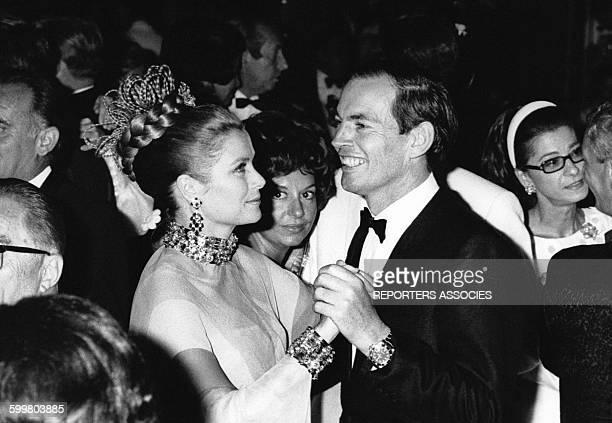 La Princesse Grace de Monaco danse avec le docteur Barnard lors du gala de la Croix-Rouge à Monaco le 1er janvier 1968 à Monaco .