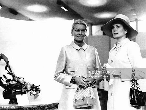 La Princesse Grace de Monaco à droite et sa soeur Meggy à gauche lors du festival des fleurs de MonteCarlo durant lequel Meggy a remporté le deuxième...