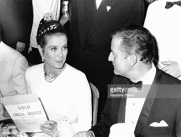 La Princesse Grace de Monaco en conversation à table avec son beau-frère Jean-Charles Rey lors du Gala de la Croix-Rouge en 1969 à Monaco.