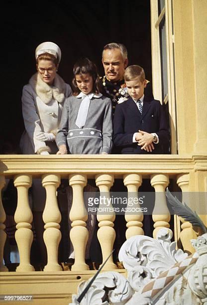 La princesse Grace de Monaco et le prince Rainier avec leurs enfants le prince Albert et la princesse Caroline de Monaco au balcon du palais princier...