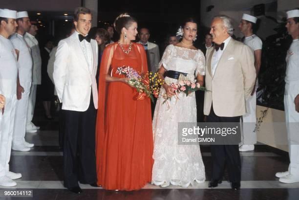 La princesse Grace de Monaco et le prince Rainier avec leurs enfants le prince Albert et la princesse Caroline de Monaco au bal de la CroixRouge en...