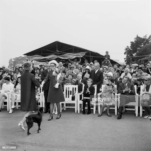 La princesse Grace de Monaco remet une coupe à une gagnante de l'exposition canine à Monte-Carlo à Monaco, le 2 mai 1969 - En arrière-plan, la...