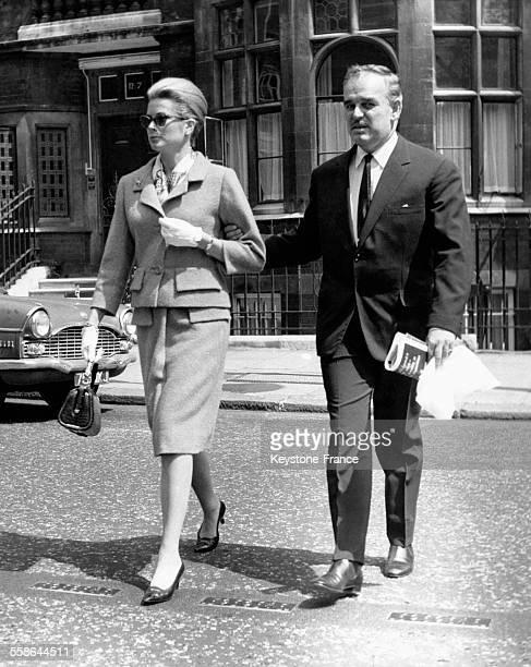 La Princesse Grace et le Prince Rainier de Monaco se promènent dans les rues de la capitale britannique le 7 juin 1963 à Londres RoyaumeUni