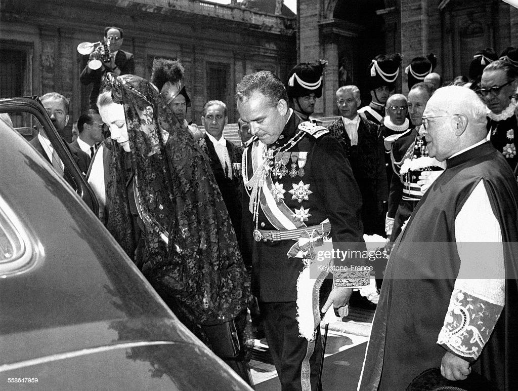 La Princesse Grace de Monaco et le Prince Rainier sur la place Saint-Pierre : News Photo