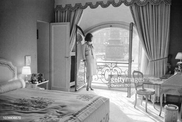 La princesse Ira de Fürstenberg vêtue d'un tailleur Chanel à l'hôtel Ritz place Vendôme à Paris en France en 1961