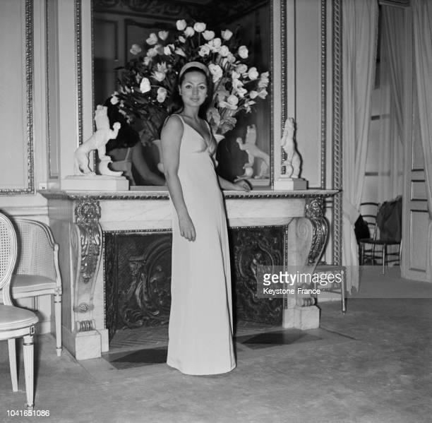 La princesse Ira de Furstenberg vêtue d'une robe spécialement créée par Patou pour le festival de Cannes à Paris France le 19 avril 1967
