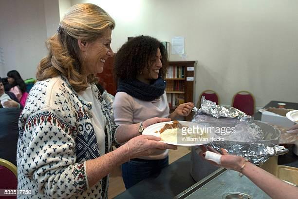 La Princesse Léa apporte son aide au service du repas des sansabris de la Maraude de SaintJosse Prinses Lea van België geeft haar hulp aan de dienst...