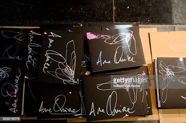 La Princesse Léa visite l'atelier d'Arne Quinze à SintMartens Latem et rencontre l'artiste en vue d'une publication à son sujet Bezoek van Prinses...