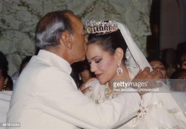 La Princesse Lalla Hasna du Maroc recoit un baiser de son pere le Roi Hassan II lors de son mariage le 8 septembre 1994 a Fes Maroc
