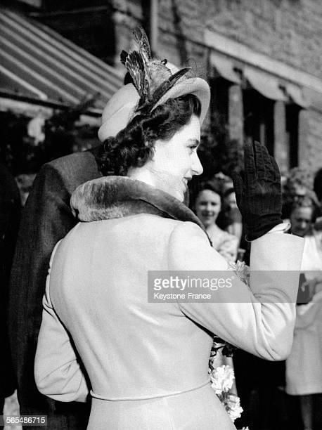 La Princesse Margaret adresse un signe de la main en guise d'adieu aux enfants de Downend auxquels elle a rendu visite le 28 mars 1949 à Bristol...