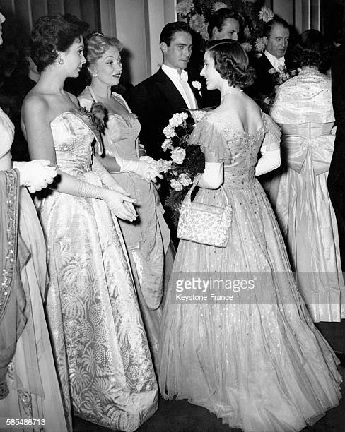 La Princesse Margaret en conversation avec l'actrice britannique Jean Simmons et l'actrice américaine Ann Sothern après la projection d'un film...
