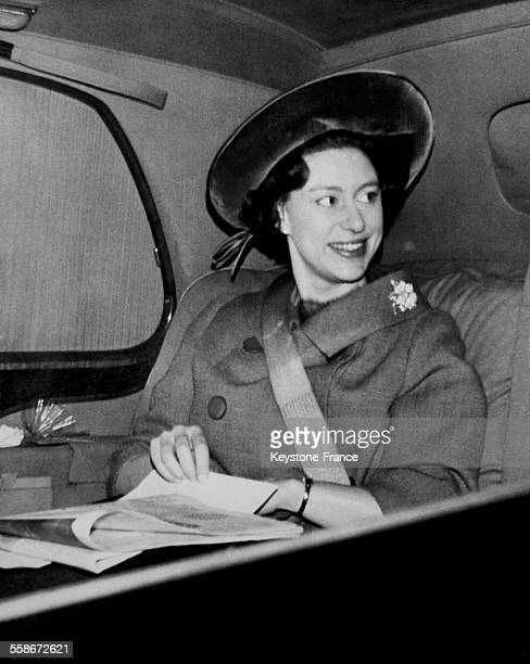 La princesse Margaret en voiture avec la ceinture de sécurité qu'elle met à chaque voyage depuis l'accident d'automobile du Duc et de la Duchesse de...
