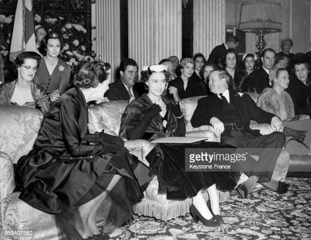 La princesse Margaret entourée de John SpencerChurchill duc de Marlborough et de sa femme la duchesse de Marlborough Alexandra Mary Cadogan...
