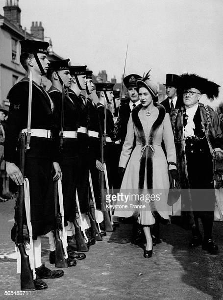 La Princesse Margaret est accueillie par la garde d'honneur des cadets en compagnie du Lord Maire de Bristol lors de sa visite le 28 mars 1949 à...