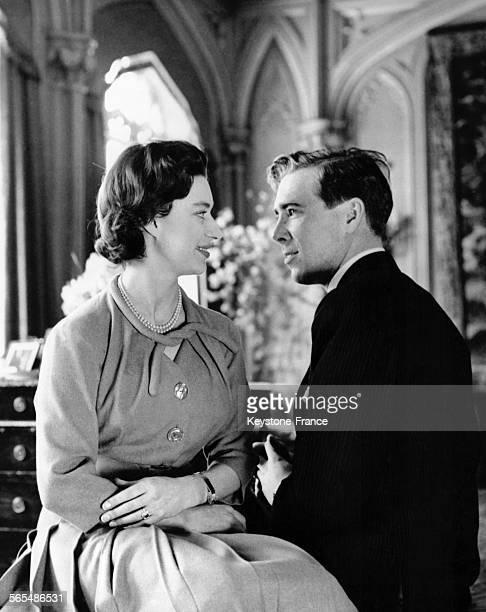 La Princesse Margaret et son fiancé Tony ArmstrongJones à la Royal Lodge le 28 février 1960 à Windsor RoyaumeUni