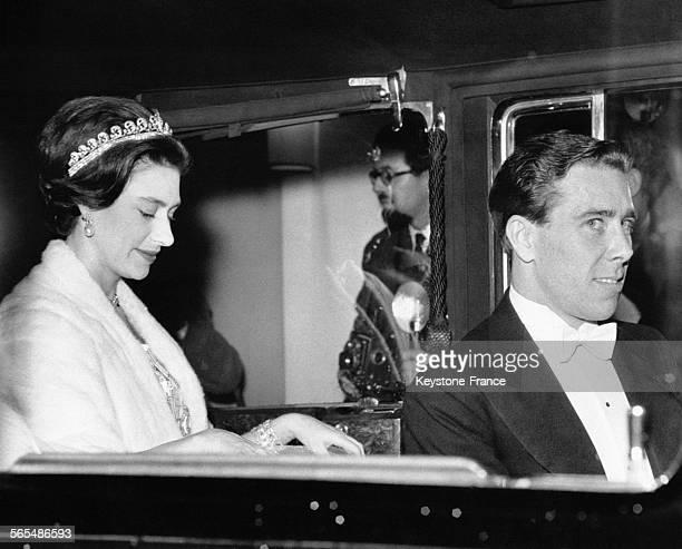 La Princesse Margaret et son fiancé Tony ArmstrongJones quittent en voiture l'ambassade de France après un dîner donné par le président français...