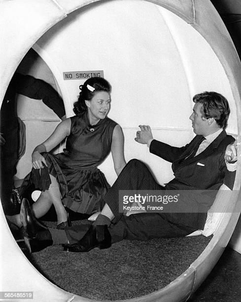 La Princesse Margaret et son époux Lord Snowdon à l'intérieur d'une boule de plastique lors d'une exposition cybernétique le 5 août 1968 à Londres...