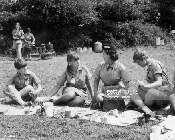 La princesse Margaret lors d'une visite dans un camp scout à East Grinstead dans le Sussex en Angleterre au RoyaumeUni le 26 juillet 1967