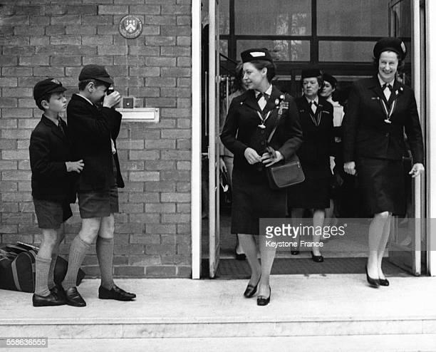 La Princesse Margaret photographiee par un jeune garcon a sa sortie de la maison de BadenPowell ou elle assistait a l'Assemblee Generale de...