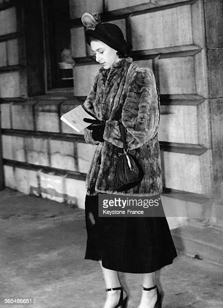La Princesse Margaret s'apprête à quitter la capitale pour se rendre à Hastings chez Tom Egerton le 11 février 1949 à Londres RoyaumeUni