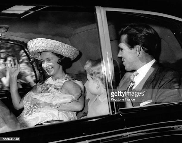 La Princesse Margaret tient dans ses bras sa fille Lady Sarah dans la voiture qui les emmenent ainsi que son fils le Vicomte de Linley et son epoux...