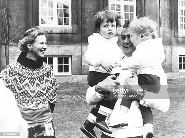 La Princesse Margrethe le Prince Henrik et leurs deux enfants Frederik et Joachim revetus du costume national du Groenland le 1er novembre 1970 au...