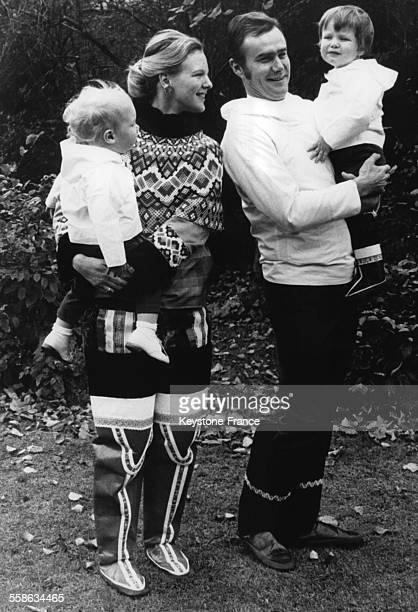 La Princesse Margrethe le Prince Henrik et leurs deux enfants Frederik et Joachim revetus du costume national du Groenland le 1 novembre 1970 au...