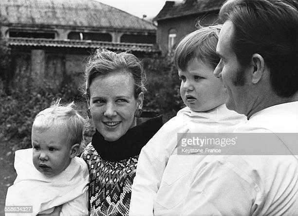 La Princesse Margrethe le Prince Henrik le Prince Frederik et le Prince Joachim vetus de l habit traditionnel du Groenland qui leur ont ete offerts...