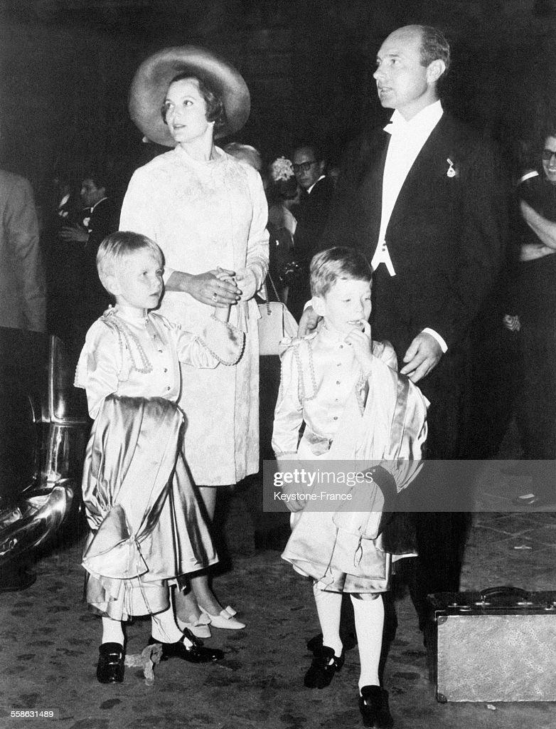 Maria-Pia De Savoie Et Son Epoux Alexandre De Yougoslavie Avec Leurs Deux Enfants : News Photo