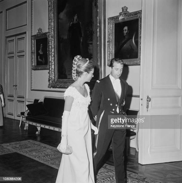 La Princesse Paola et le Prince Albert de Liège lors d'une réception au palais royal en mai 1966 à Bruxelles en Belgique