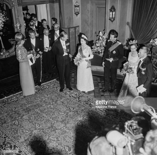 La princesse Paola le prince Albert Le prince Philip la reine Elisabeth d'Angleterre le roi Baudoin et la reine Fabiola assistent à la soirée de gala...