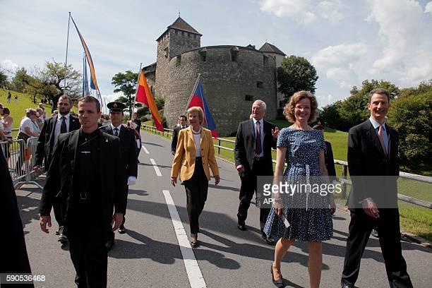La princesse Sophie de Wittelsbach , le prince Aloïs, la princesse Marie Aglaé et le prince Hans-Adam II défilant lors de la Fête Nationale, le 15...