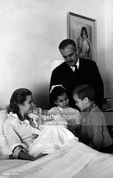 La princesse Stephanie de Monaco 2 jours avec sa mere la princesse Grace son pere le prince Rainier la princesse Caroline et le prince Albert le 4...