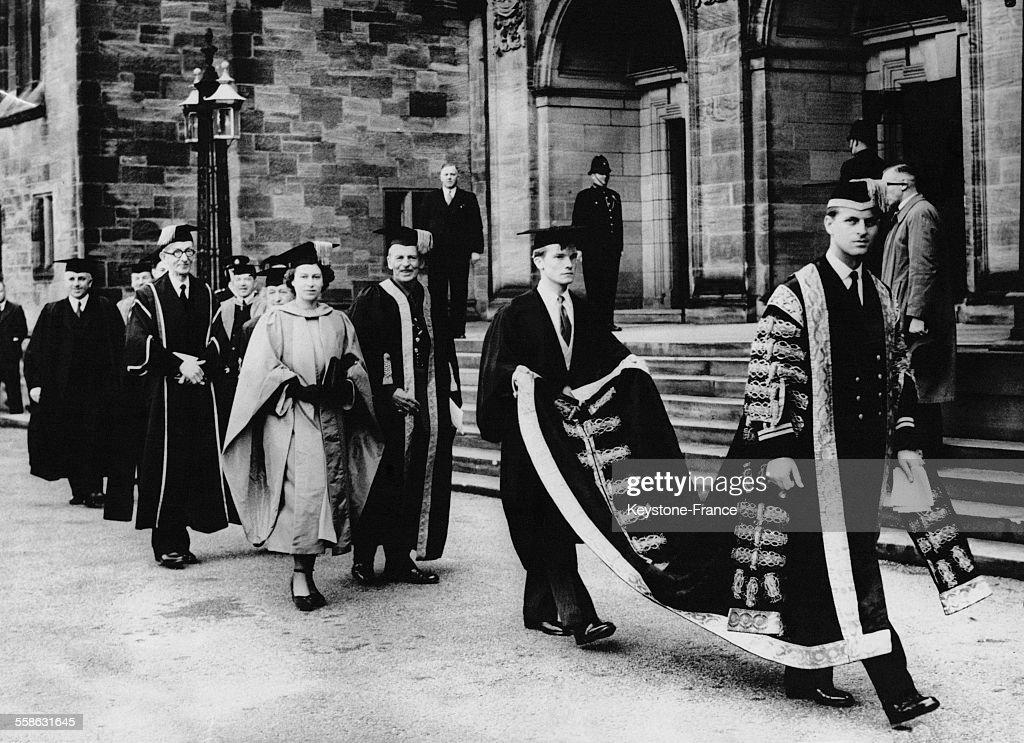 La procession apres la ceremonie lors de laquelle le Prince Philip, fraichement appointe Chancelier de l'Universite du Pays de Galles, a remis a titre honoraire un diplome de musicologie a la Princesse Elizabeth, le 28 avril 1949 a Bangor, Royaume-Uni.
