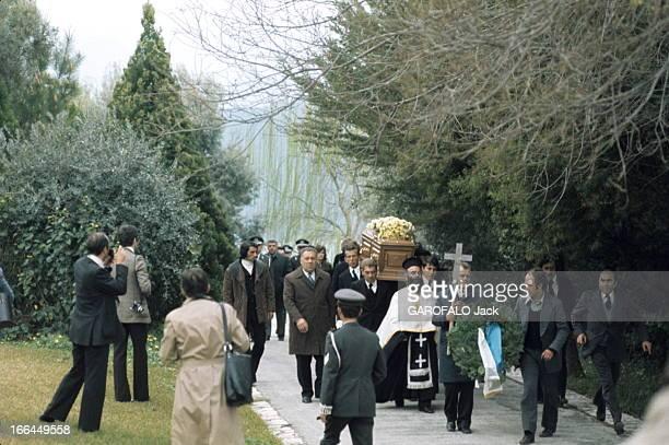 The Funeral Of Aristotle Onassis Les funérailles d'Aristote ONASSIS sur l'île de Skorpios en Grèce mars 1975 la procession vers la chapelle du...