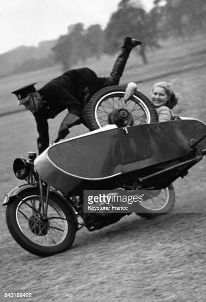 La présentatrice de télévision Jasmine Bligh dans un sidecar sans volant avec un conducteur acrobate le 16 juillet 1938 à Roehampton RoyaumeUni