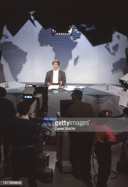 La présentatrice Marie-France Cubadda présente le journal télévision sur TF1 le 22 janvier 1987.