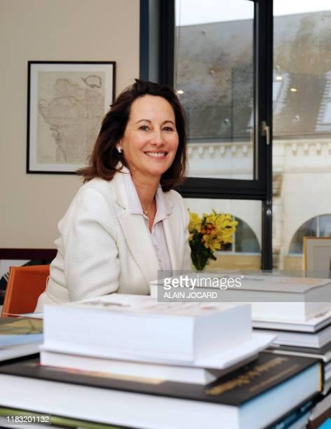 La présidente socialiste de la région Poitou-Charentes, Ségolène Royal, pose dans son bureau le 26 Novembre à Poitiers. Ségolène Royal a fait un pas...