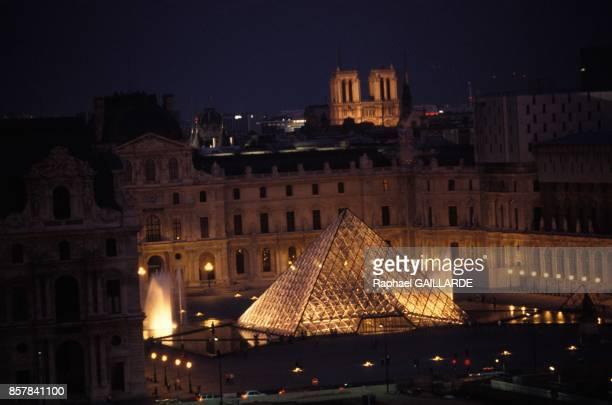 La pyramide du Louvre et les facades eclairees a l'occasion du 200e anniversaire du musee en juin 1993 a Paris France