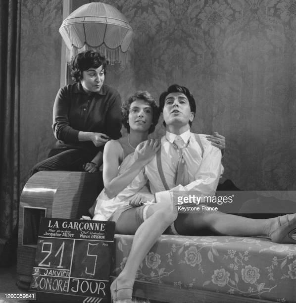 La réalisatrice Jacqueline Audry donne des instructions à Andrée Debar et Jean Danet entre deux prises de vues sur le tournage du film 'La Garçonne'...