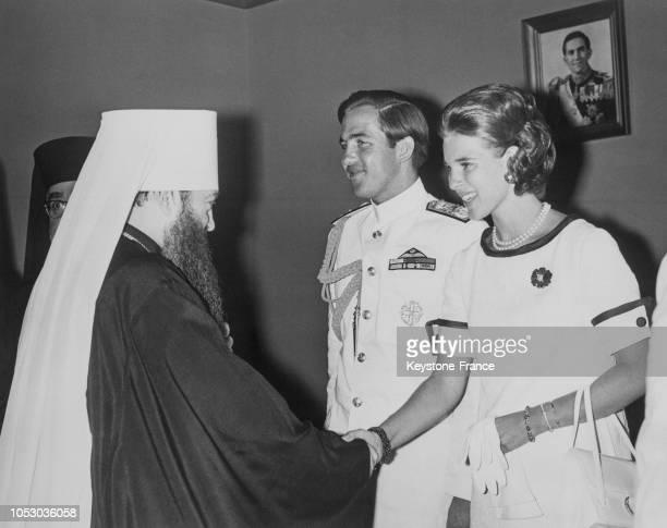La reine AnneMarie de Grèce serrant la main de Nicodème archevêque de Leningrad à Athènes Grèce le 19 août 1967