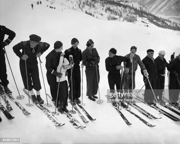 La reine Astrid faisant du ski avec sa fille la princesse JoséphineCharlotte à SaintMoritz Suisse en 1935