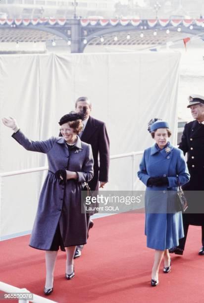La reine Beatrix des PaysBas accueillie par la reine Elizabeth accompagnée de son époux le prince Philip le 16 novembre 1982 à Londres RoyaumeUni