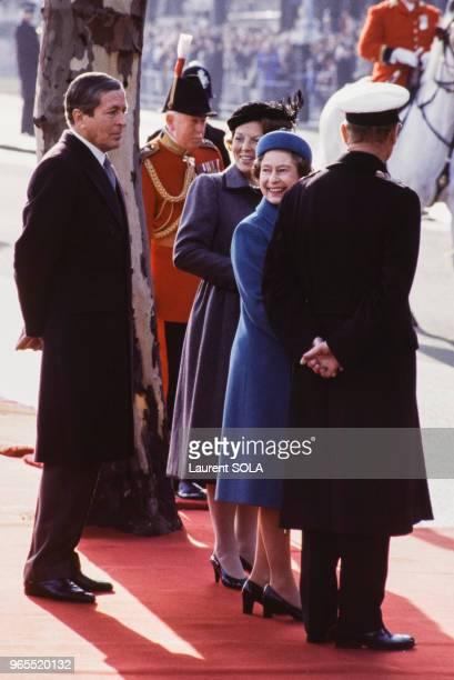 La reine Beatrix des PaysBas et le prince Claus accueillis par la reine Elizabeth II accompagnée de son époux le prince Philip le 16 novembre 1982 à...