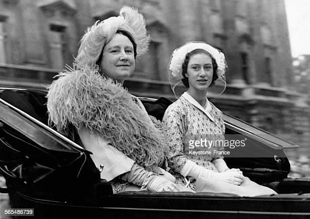 La Reine consort Elizabeth et sa fille la Princesse Margaret quittent Buckingham Palace en calèche pour Trooping the Colour le 9 juin 1949 à Londres...
