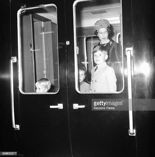 La Reine d'Angleterre et les enfants royaux le Prince Charles le Prince Andrew et le Prince Edward dans le train a la gare d'Euston partant pour les...