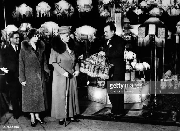 La reine d'Angleterre visite le rayon des abatsjours à l'exposition à Londres RoyaumeUni le 20 février 1935