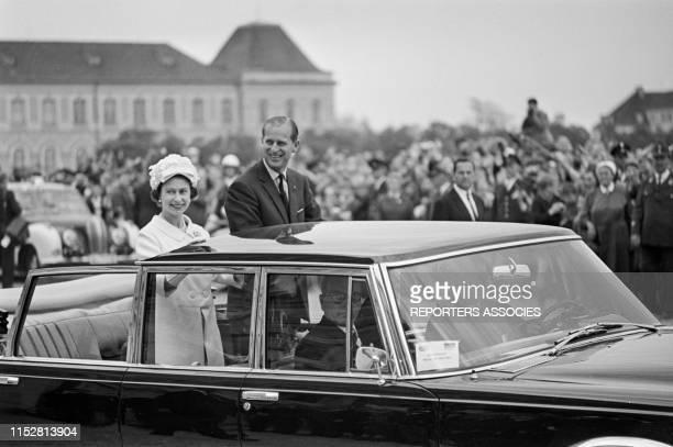La Reine Elisabeth II d'Angleterre et son mari le Prince Philip en voiture Mercedes officielle lors de leur visite le 22 mai 1965 en RFA.